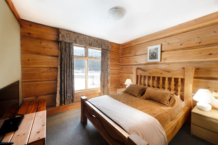 Kicking Horse River Lodge - Queen Room