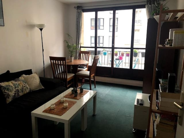 Bright room in apartment at 15ème arrondissement