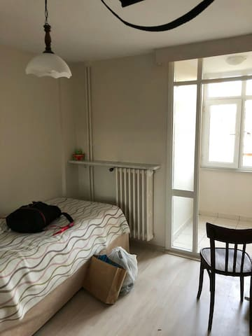 Cozy room. 4 min. to metro/metrobus/tram station.