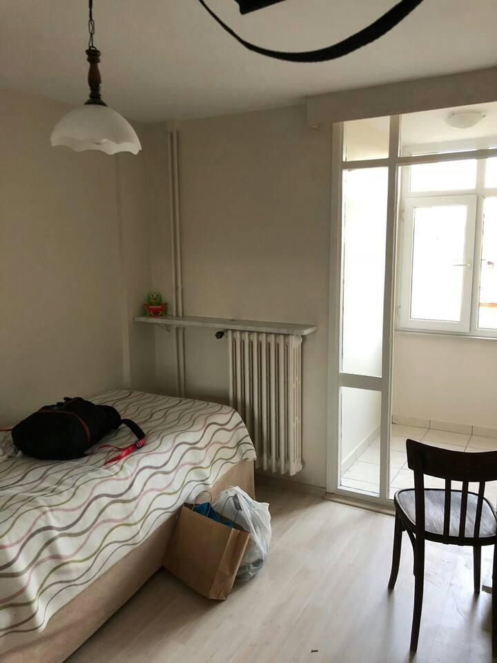 Cozy room. 4 min. to metro/metrobus/tram station.