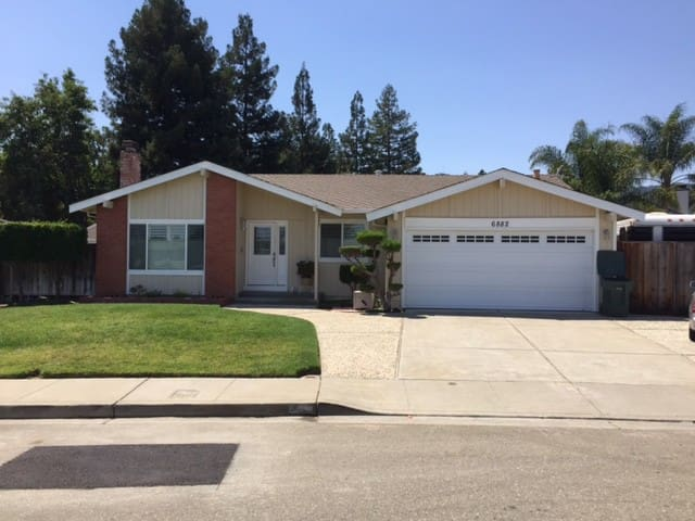 Clean & Friendly, Qn Rm w/bkfast by Fairgrounds - Pleasanton - House