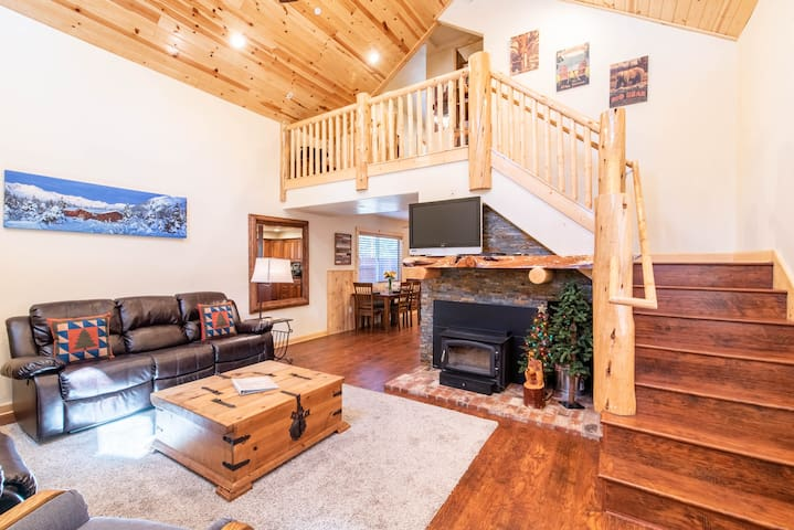 Little Bear Cabin in the Woods HOT TUB + GAME ROOM