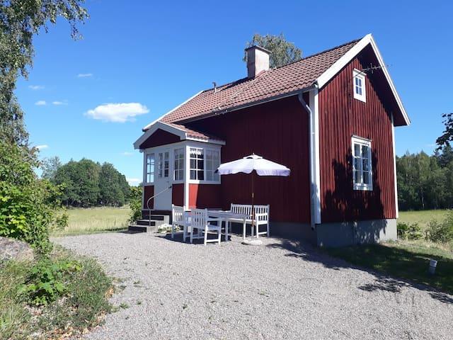 Mysig stuga i Sparreholm med öppen spis