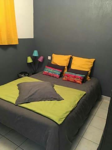 Chambre dans petit appartement chaleureux.