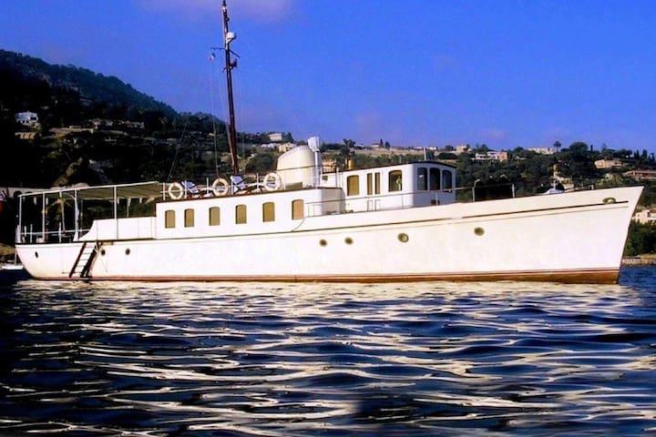 Sleep aboard  on classic yacht (option navigation)