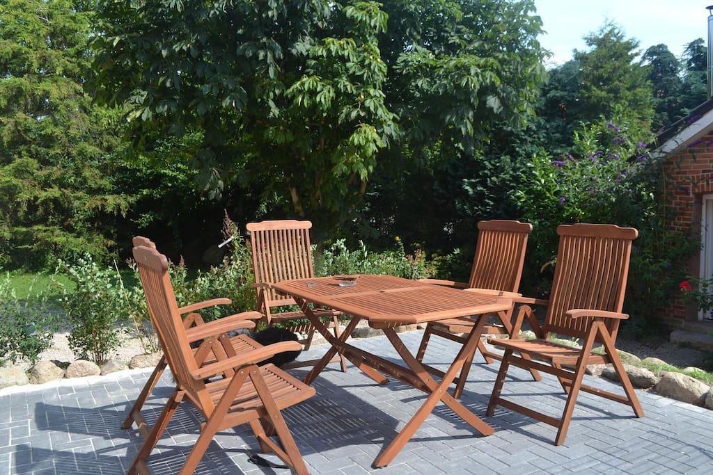 Terrasse mit Gartenmöbeln, Grill und Blick ins Grüne