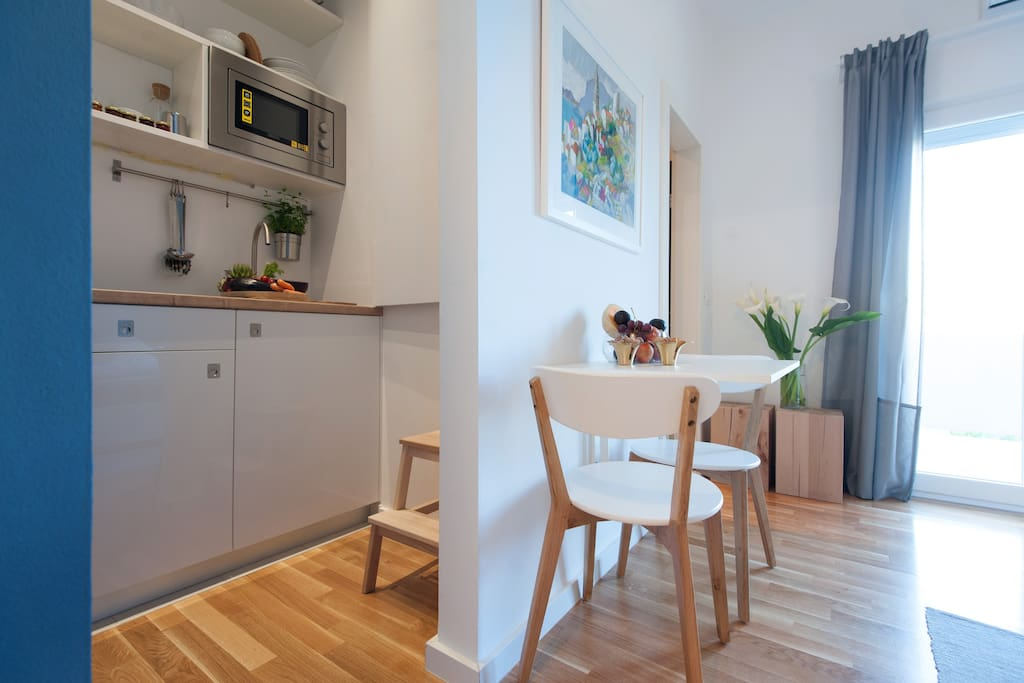 Kitchenette & dining area for 2.