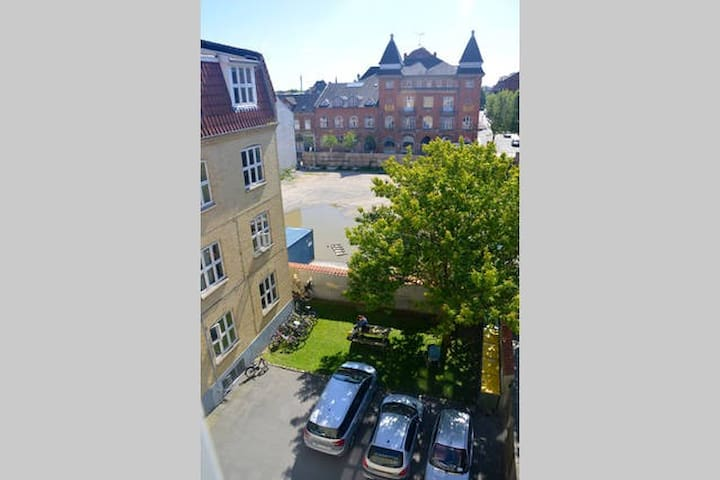 Great room in lovely central flat - Odense - 아파트