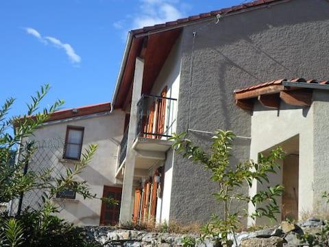 Maison rénovée de mon enfance face aux Pyrénées