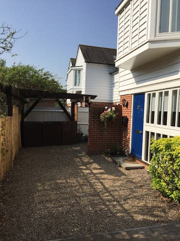 Perfect city location, spacious with parking. - Canterbury - House
