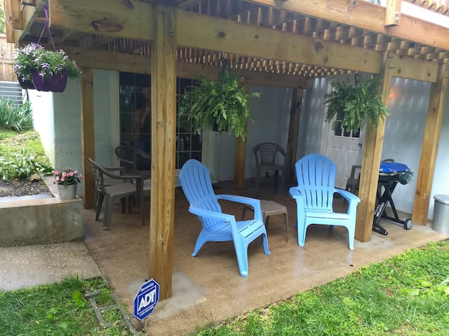 Private 2 bdrm apartment / Sleeps up to 8 guests