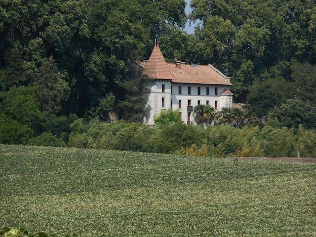 Gîtes 5 pers. dans château, au cœur du Lubéron .