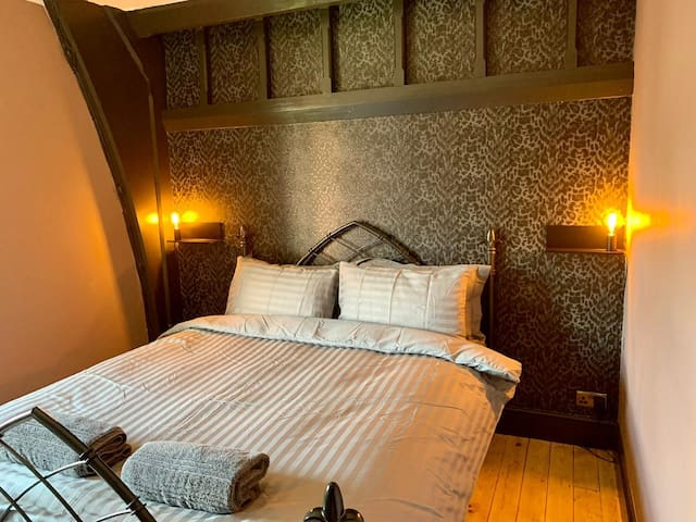 Master bedroom with king size bed and very comfy Emma mattress