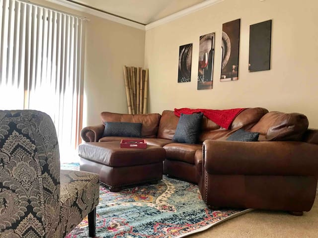 Fun Third Story Apartment near Downtown! Pool &Gym