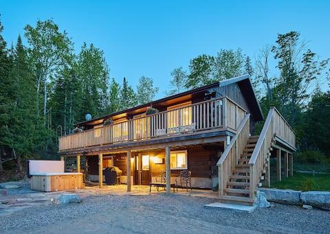 Lakeside, walkout BSMT, hot tub, sauna++ Bancroft