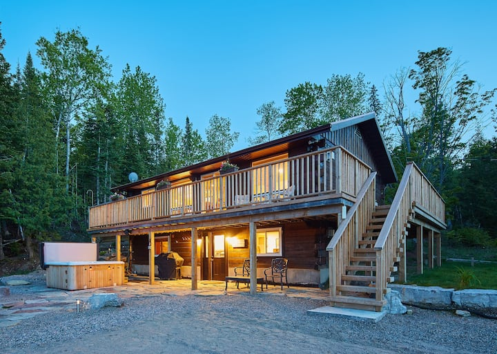 Lakeside, walkout BSMT, hot tub, sauna++ Bancroft