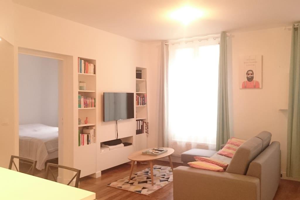 Le salon - Canapé-Lit avec vrai matelas + TV avec abonnement Livebox Orange + Netflix