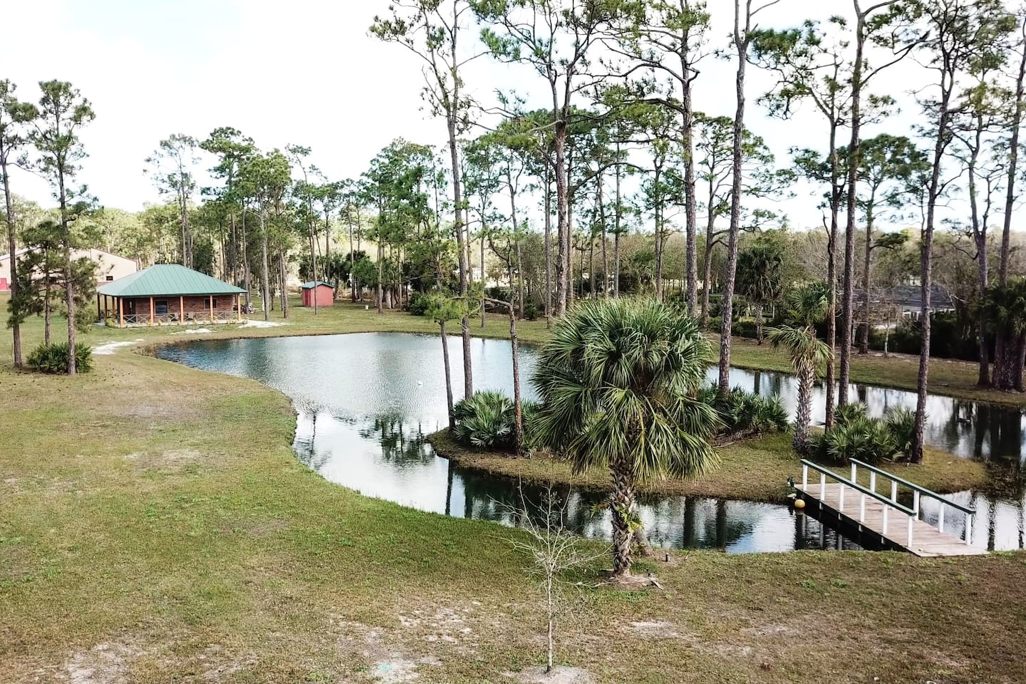 Peaceful cottage in Vero Beach on a quiet property 7 miles from the beach. Shopping outlets and groceries are close by and there is even fishing on site. Come enjoy the beautiful Vero Beach!