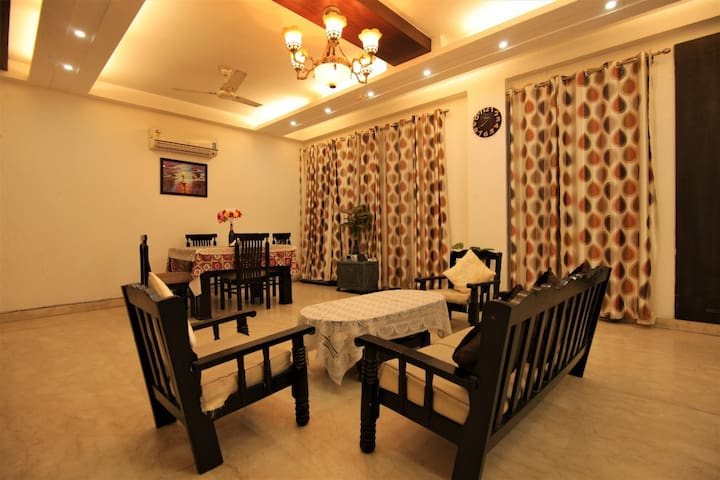 Private Room walking max Saket(kitchen+Lift+cook)