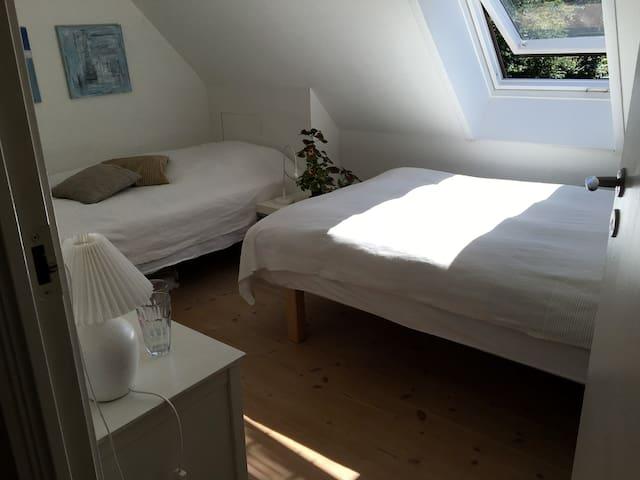 Det andet værelse med 2 senge, 120 cm og 90 cm