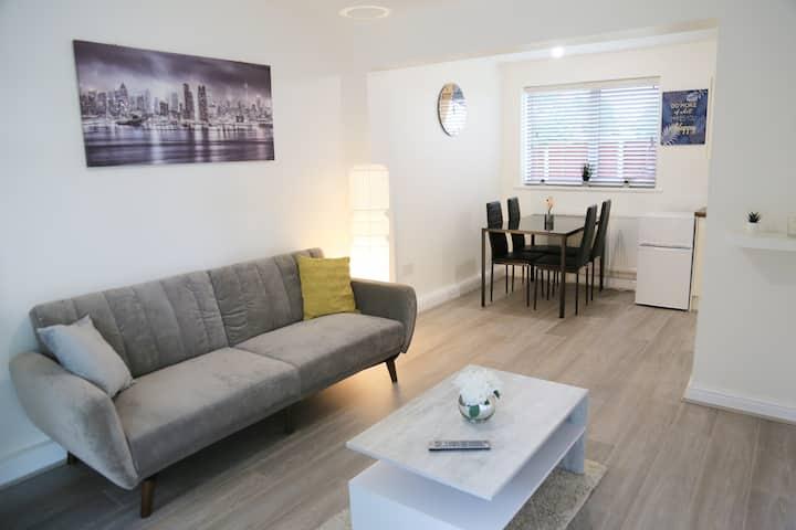 Stunning Serene 2 bedroom apartment + free parking