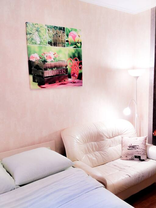 Картины, торшер, кожаный диван