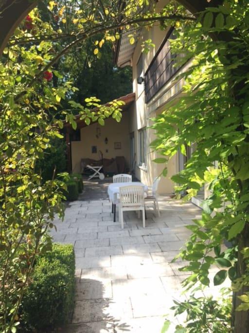 Die schöne Terrasse bietet sich sowohl zum Frühstück oder auch nur zum Verweilen in ruhiger, geschützter Atmosphäre an
