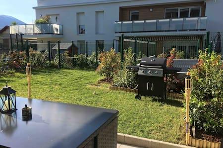 Proche lac : T2 avec terrasse, jardin, + parking