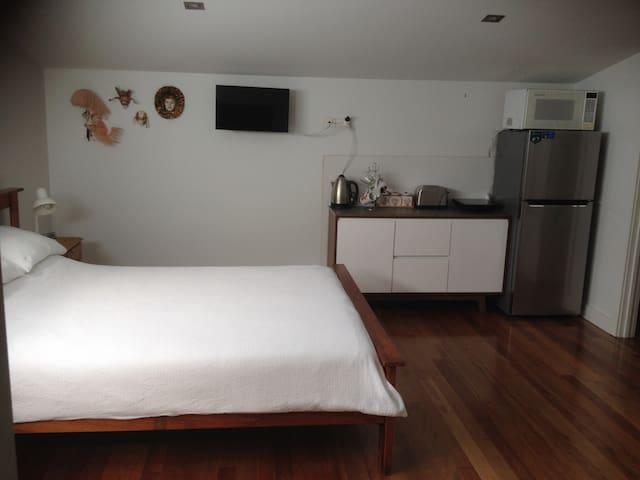 Private Sunny Studio Apartment - Williamstown - Rumah