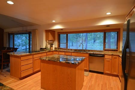 3 Bed Home W/Hot Tub On Golf Course In Sunriver - Sunriver - Rumah
