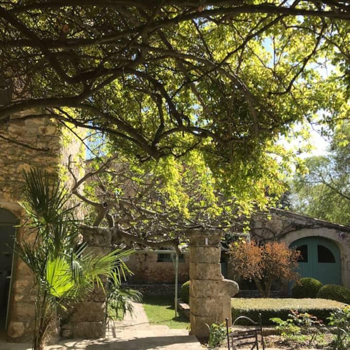 Maison de caractère entre vignes et garrigues