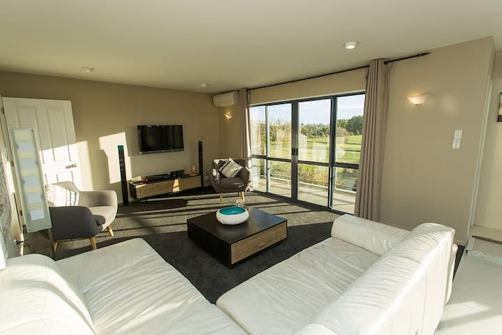 Excellent large luxurious home, best views + more! - Christchurch - House