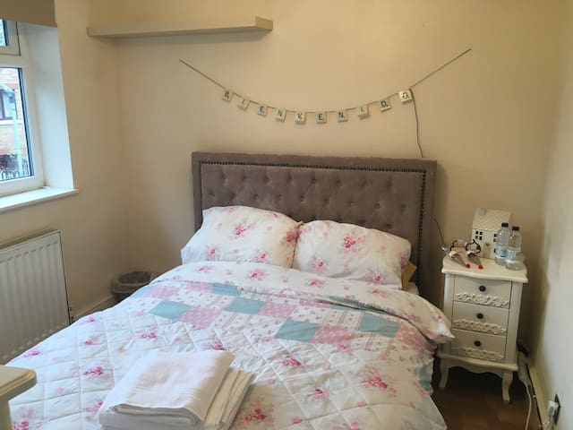 Lovely double room in house near Media City - Salford