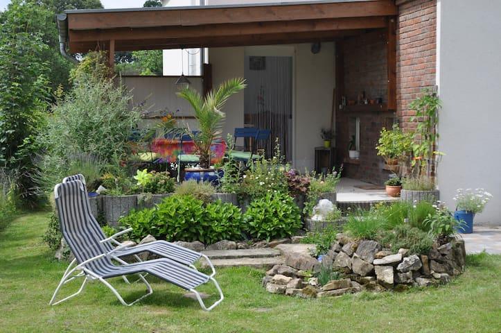 Sommer - Terrasse mit Kräuterschnecke
