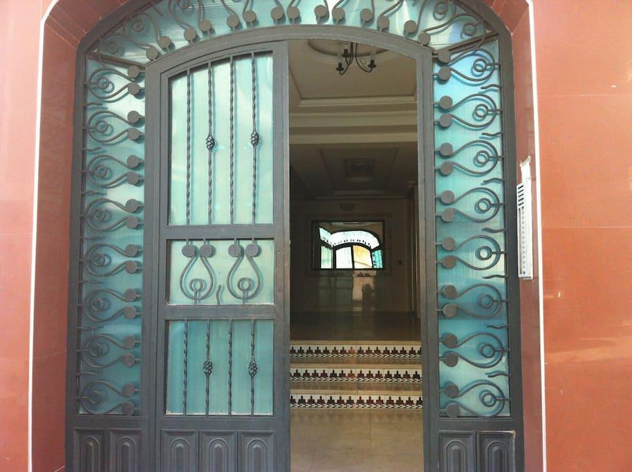 Porte d'entrée du bâtiment