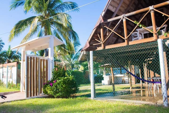 Hermosa cabaña con acabado de madera color caoba