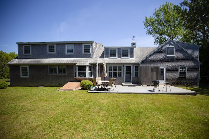 Katama Cottage, Minutes to South Beach and Downtown Edgartown, Sleeps 9