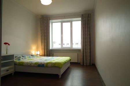 Spacious bedroom in the city center - Tallinn - Flat