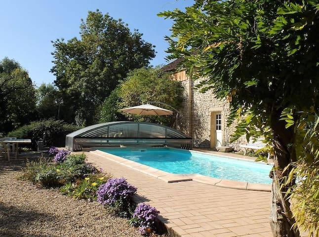 Maison en pierre, piscine chauffée, espace de jeux