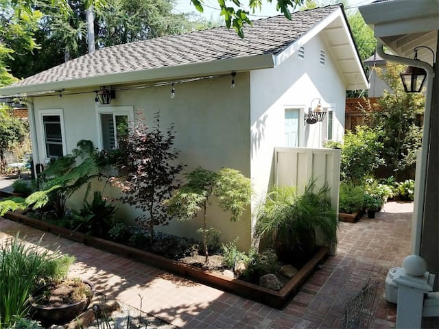 Charming Cottage w/Private Entrance