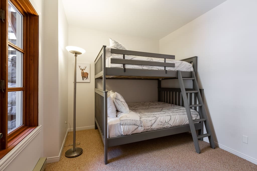 2e chambre lit double et queen; 2nd bedroom double and queen beds