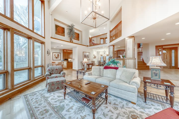 High-end, dog-friendly, mountain retreat w/ a private hot tub, & fireplaces