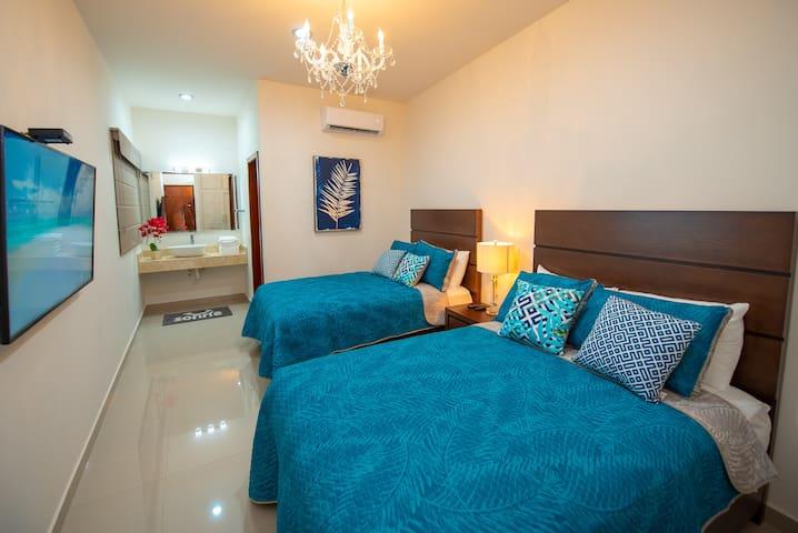 Amplia y funcional recámara principal con 2 camas matrimoniales