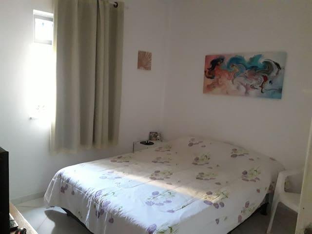 Quarto com cama de casal em apartamento simpático