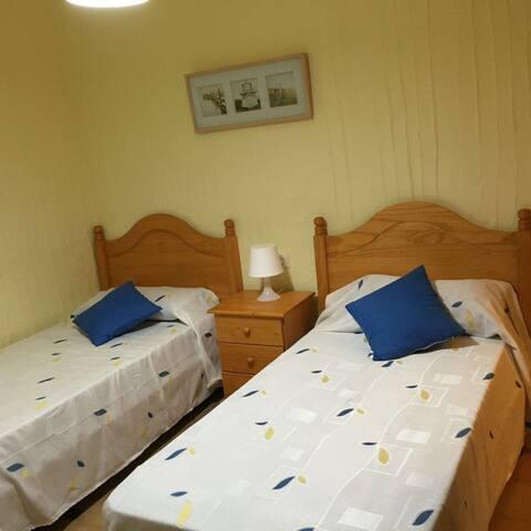 Dormitorio de dos camas y una supletoria