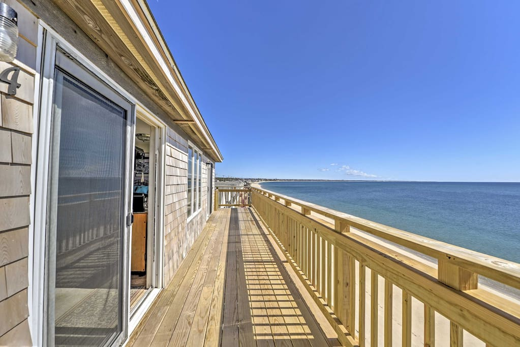 Enjoy your morning coffee on the private deck overlook the ocean!