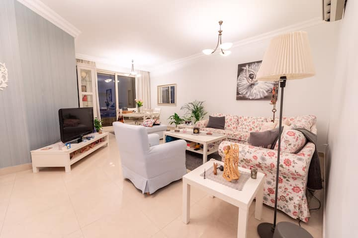 Cozy Room in Colorful Apartment- Jabal Amman