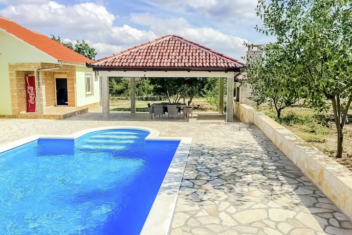 Holiday house with private pool and roofed terrace  with barbecue !