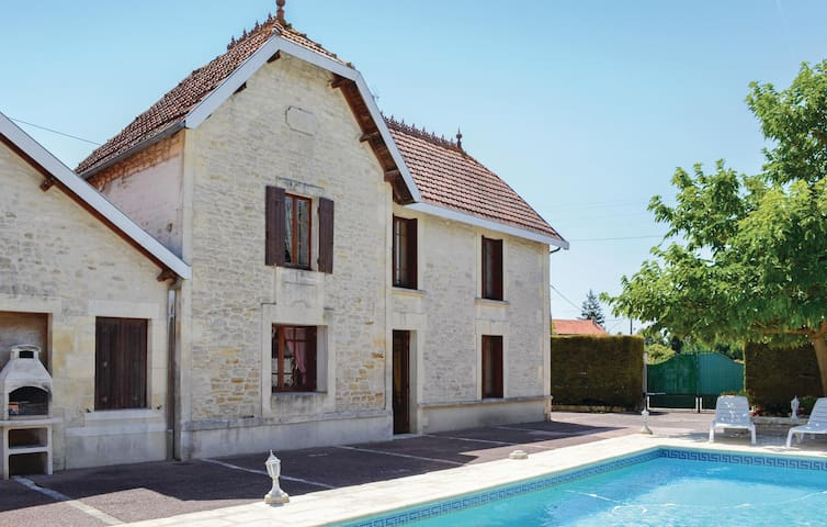 Holiday cottage with 5 bedrooms on 150 m² in Migron