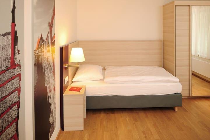 Haus Insel Reichenau - FamilienFerien Freiburg, (Reichenau), Dreibettzimmer mit einem Doppelbett und einem Einzelbett, DU/WC